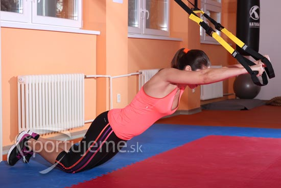 TRX Výpad vpred v kľaku (TRX Kneeling roll out)