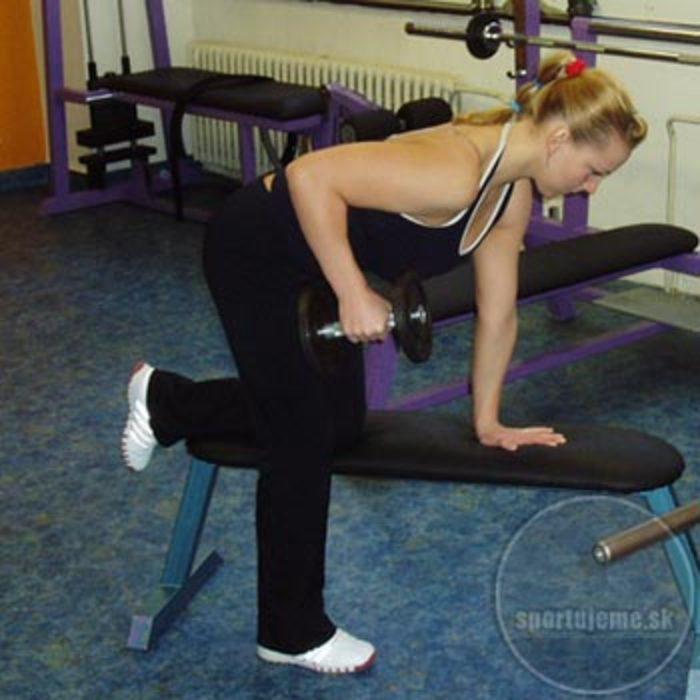 kick-back Tricepsová extenzia v kľaku na lavičke