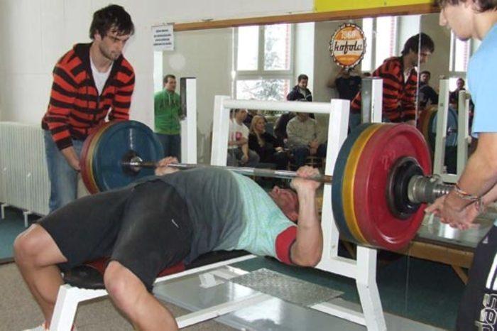 Ako určiť maximálnu váhu pre jedno opakovanie