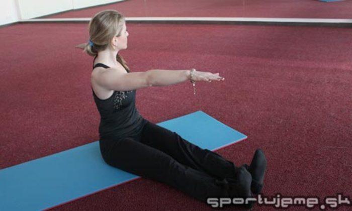 Pilates abeceda - Otáčanie chrbtice v sede (Spine twist)