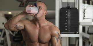 muž pijúci proteínový nápoj
