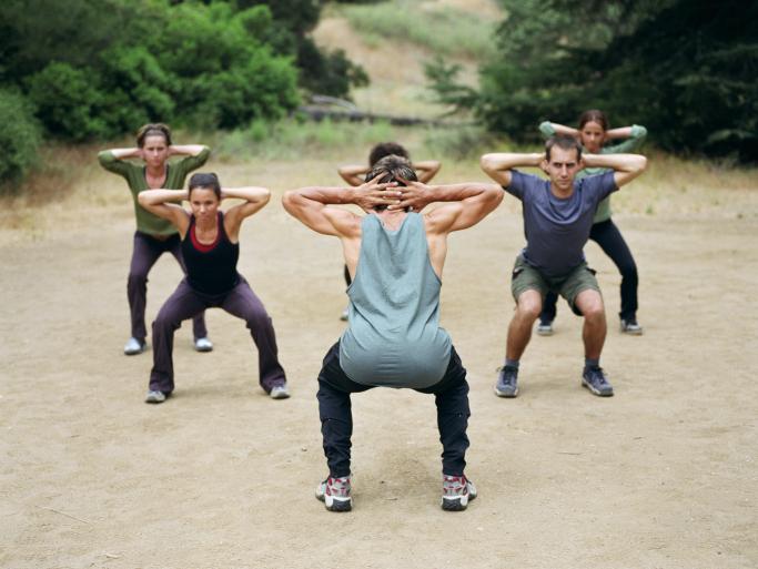 Cvičenie v kolektíve môže byť zdrojom endorfínov a lepšej kondície. Všimnite si na tejto fotke z fotobanky, že každý športovec cvičí drep trochu inač. Hlavne pán v pravo si koleduje o problémy s kolenami.